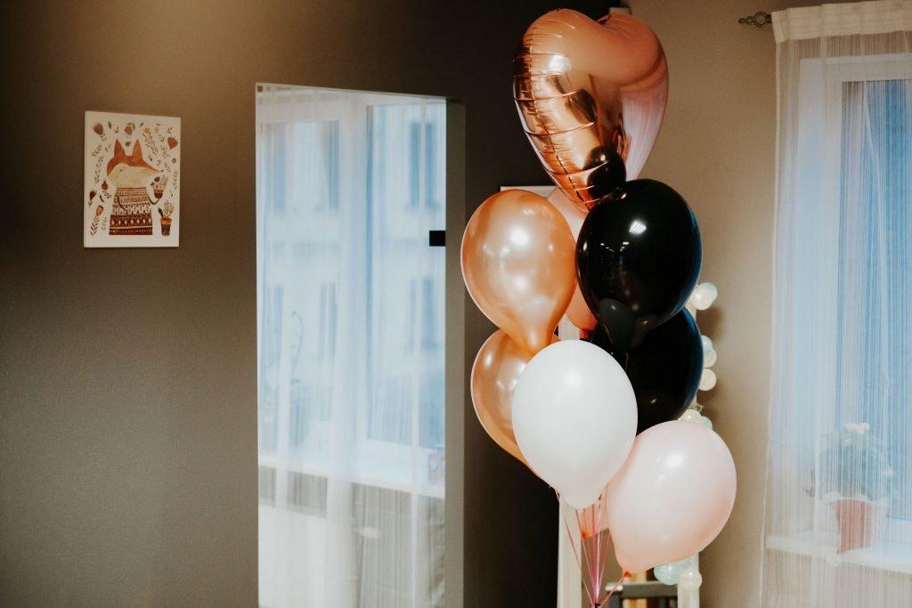 Mazā Lapsas piedāvā hēlija balonu dekorācijas Jēkabpilī ar piegādi.